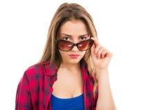 太阳镜的可疑现代妇女 免版税图库摄影
