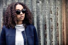 太阳镜的哀伤的混合的族种非裔美国人的少年妇女 免版税图库摄影