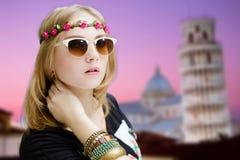 太阳镜的在比萨的女孩和花圈耸立 库存照片
