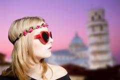太阳镜的在比萨的女孩和花圈耸立 库存图片