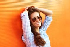 太阳镜的夏天时尚画象相当肉欲的妇女 免版税库存图片
