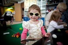 太阳镜的女孩在颜色框架 图库摄影