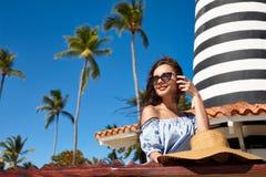 太阳镜的妇女在海滩 免版税图库摄影