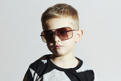 太阳镜的孩子 男孩哀伤的一点 塑造孩子 免版税图库摄影