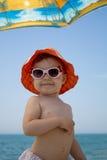 太阳镜的小婴孩在海滩 免版税库存图片