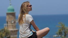 太阳镜的少妇享受海视图的在假期时 免版税库存图片