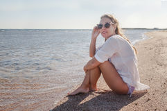 太阳镜的少妇有开发的头发的,微笑 概念 库存照片