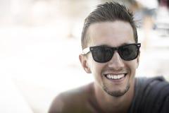 太阳镜的微笑的人 免版税库存图片