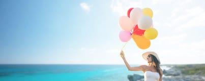 太阳镜的微笑的少妇有气球的 库存图片
