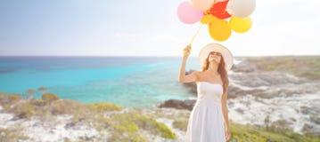 太阳镜的微笑的少妇有气球的 免版税库存图片