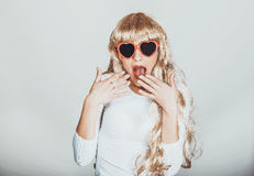 太阳镜的性感的震惊白肤金发的妇女 免版税库存照片