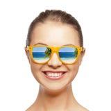 太阳镜的愉快的十几岁的女孩 免版税图库摄影