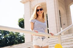 太阳镜的愉快的女性少年户外 免版税库存照片