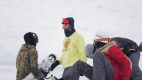 太阳镜的挡雪板在山的滑雪胜地 极其体育运动 人们 比赛挑战 股票录像