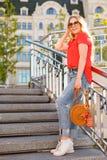 太阳镜的时髦的女孩在街道步行 街道样式画象 免版税库存照片