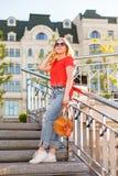 太阳镜的时髦的女孩在街道步行 街道样式画象 免版税图库摄影