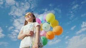 太阳镜的时髦的女孩有气球的 影视素材