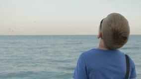 太阳镜的男孩少年看海 股票视频