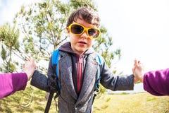 太阳镜的男孩 免版税库存照片