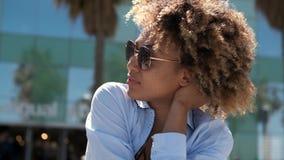 太阳镜的确信的时髦种族妇女 影视素材