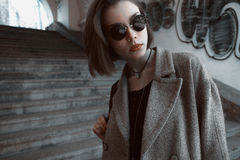 太阳镜的美丽和时髦的女孩在一个晴天 免版税图库摄影