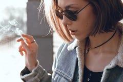 太阳镜的美丽和时髦的女孩在一个晴天 库存照片