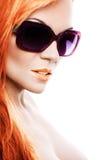 太阳镜的美丽的女孩 免版税库存图片