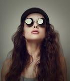 太阳镜的美丽的妇女。特写镜头葡萄酒 免版税图库摄影