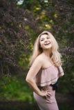 太阳镜的美丽的年轻白肤金发的女孩有松的摆在街道样式的嘴唇和性感的女性身体的在晴天 图库摄影