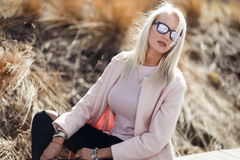 太阳镜的美丽的长发金发碧眼的女人 库存图片