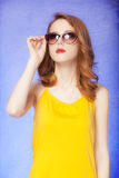 太阳镜的美国红头发人女孩 免版税图库摄影