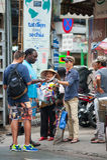 太阳镜的街道小贩在西贡 库存图片