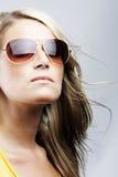 太阳镜的迷人的白肤金发的妇女 免版税图库摄影