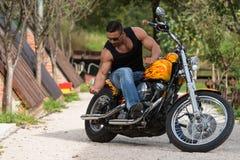 太阳镜的骑自行车的人在路 免版税库存照片