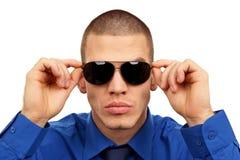 太阳镜的年轻人 免版税图库摄影