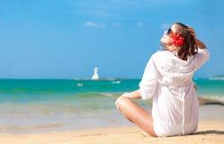 太阳镜的年轻俏丽的妇女在白色衬衣 库存照片