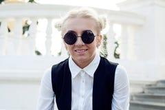 太阳镜的年轻白肤金发的妇女 免版税库存照片