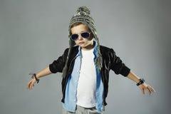 太阳镜的滑稽的小男孩 库存图片
