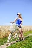 太阳镜的年轻美丽的白肤金发的妇女 图库摄影