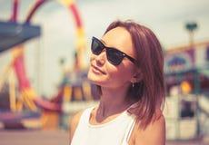 太阳镜的Smilling女孩 免版税库存照片
