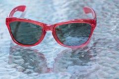 太阳镜背景是玻璃 免版税库存图片
