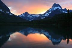 日落冰川国家公园的快速当前湖 免版税库存图片