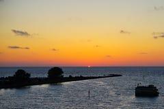 太阳集合和小海岛 库存图片