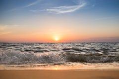 太阳集合和海滩在夏天在芭达亚 免版税库存图片