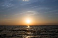 太阳集合和海滩在夏天 免版税图库摄影