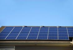 太阳面板的屋顶 库存照片