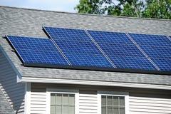 太阳面板的屋顶 免版税库存照片