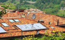 太阳面板红色的屋顶 库存照片
