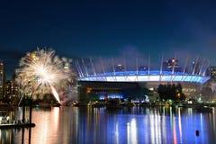 太阳马戏团烟花显示在BC地方 免版税库存图片