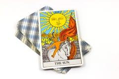 太阳,在白色背景的占卜用的纸牌 免版税库存照片